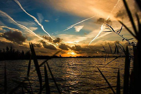 Foto Ondergaande zon Oldambtmeer. Winschoten