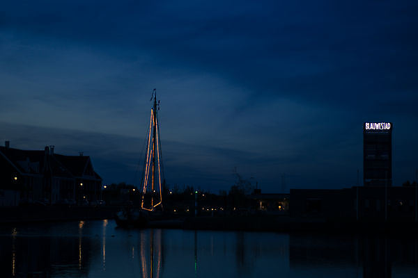 Foto Blauwe avond in blauwe stad. Blauwestad