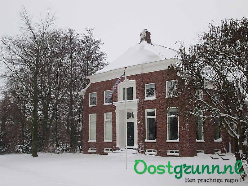 Dik pak sneeuw op de daken van de historische boerderijen Beerta