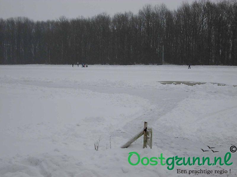 IJsbaan nog net begaanbaar met een dik pak sneeuw Beerta