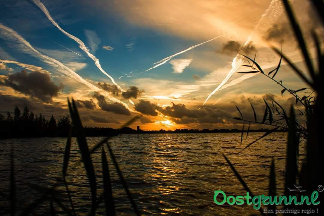 Ondergaande zon Oldambtmeer. Winschoten