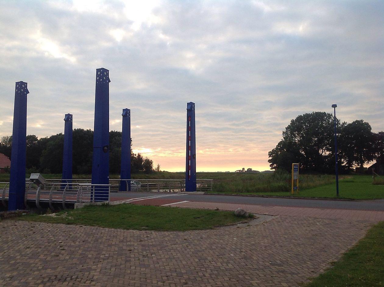 Uitzicht op de sluis vanaf het terras van brasserie Old School Oostwold