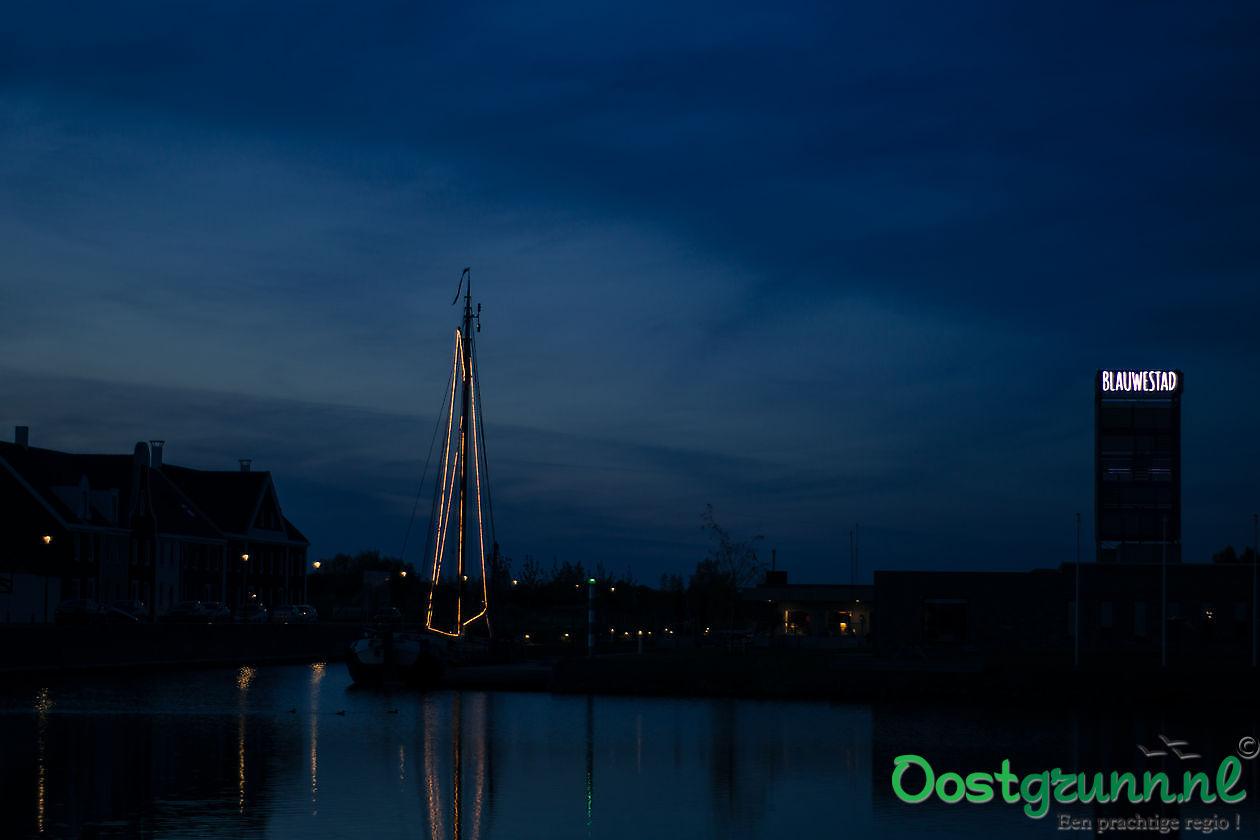 Blauwe avond in blauwe stad. Blauwestad