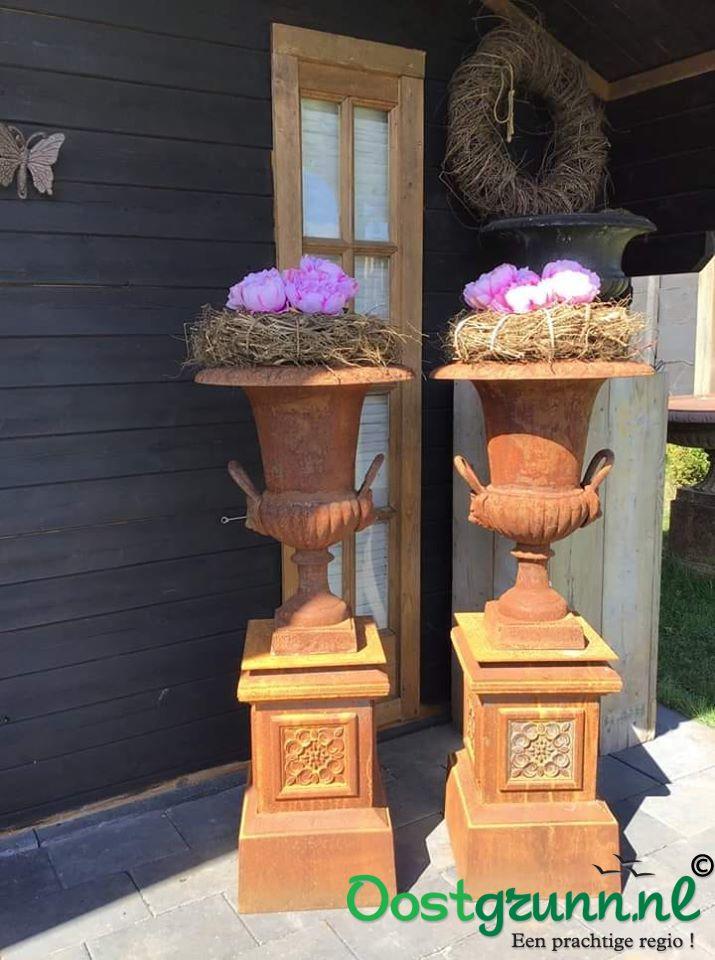 Gietijzeren tuinvaas tuinvazen bloempot bloembak op sokkel Bellingwolde