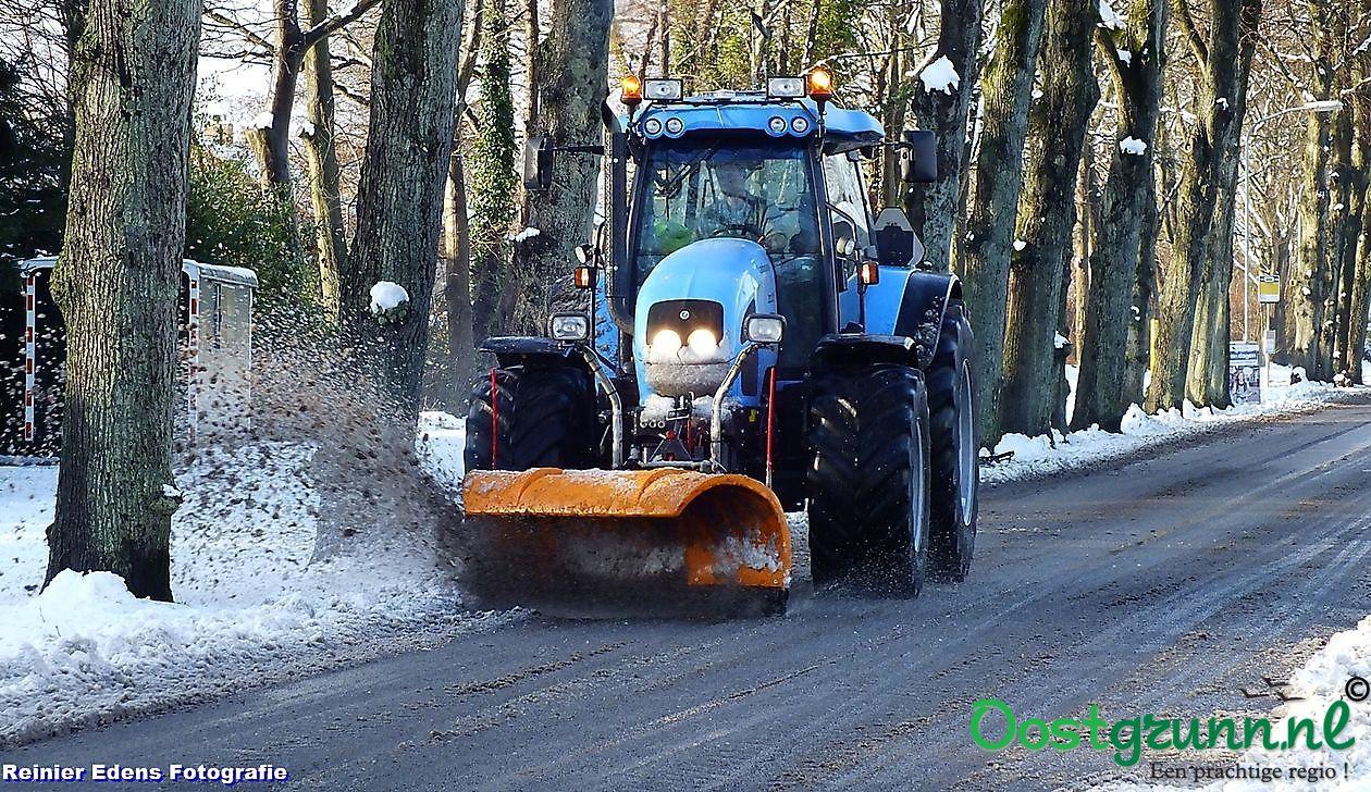 Tractor met sneeuwschuiver Bellingwolde