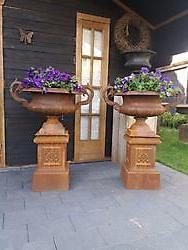 Gietijzeren tuinvaas tuinvazen bloempot bloembak op sokkel Bellingwolde, Westerwolde
