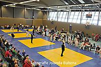 """Burgemeester Pieter Smit opent 1e Internationale Blauwestad Judotoernooi met een slag op de """"Gong"""". Finsterwolde"""